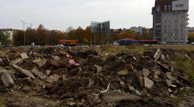 """Na trawniku odpady. TBV """"nie wie"""" co buduje. Mieszkańcy oburzeni."""