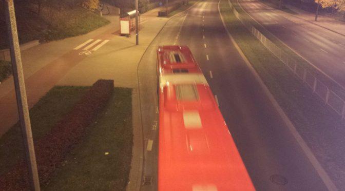 Autobus czerwony, przez ulice mego miasta mknie